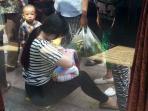 mengharukan-wanita-muda-ini-susui-bayi-yang-ditemukan-di-pinggir-jalan_20160516_200205.jpg