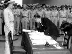 menteri-luar-negeri-jepang-mamoru-shigemitsu-menandatangani-dokumen-yang.jpg