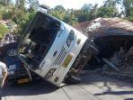mobil-bus-pengiring-jenazah-terbalik-dan-menimpa-rumah-warga.jpg
