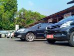 mobil-plat-merah-yabg-diparkir-di-kompleks-pendopo-kabupaten-kudus_20180608_141612.jpg