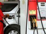 mobil-sedang-mengisi-bensin-subsidi.jpg