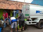 mobil-tangki-pmi-jateng-menyalurkan-air-bersih-kepada-masyarakat.jpg
