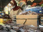 mulyani-satu-diantara-penjual-buah-kurma-di-kawasan-jalan-kauman-semarang.jpg