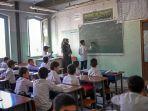 murid-murid-putra-ketika-menghadiri-kelas-di-sekolah-istiklal-di-kabul-afghanistan.jpg