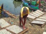 nelayan-bandengan-ahmad-sofa-menjemur-ikan-teri_20170103_163401.jpg