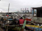 nelayan-di-tambaklorok-kota-semarang-sedang-memperbaiki-perahunnya_20170210_163046.jpg