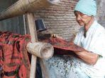 nenek-berusia-92-tahun-asal-kota-tegal-sedang-membatik-di-belakang-rumahnya.jpg
