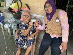 nenek-heryanti-berbagi-pengalamannya-menjadi-peserta-jkn-kis-bersama-kader-jkn.jpg