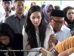 nia-ramadhani-di-pemakaman-ayahnya-priya-ramadhani-tahun-2014.jpg
