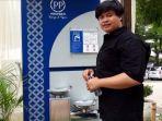 norman-pengunjung-taman-indonesia-kaya-sedang-mengisi-air-dari-kran-air-siap-minum.jpg