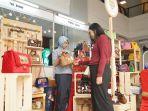 novie-produksi-tas-menggunakan-material-kulit-batik_20170507_131901.jpg