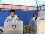 nursholeh-dan-istri-menunjukan-surat-suara-setelah-mencoblos-pada-pilkada-kota-tegal_20180627_131034.jpg