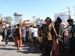 orang-orang-berkumpul-di-alun-alun-kota-herat-di-barat-afghansitan.jpg