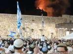 orang-orang-yahudi-israel-yang-bernyanyi-bersorak-sorai-dan-menari-di-depan-tembok-barat.jpg