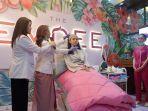 owner-the-emdee-skin-clinic-olivia-vina-faranita-sedang-memberikan-contoh-treatment.jpg