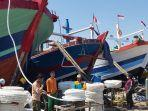 para-anak-buah-kapal-abk-pelabuhan-perikanan-pantai-ppp-tegalsari-kota-tegal.jpg