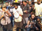 para-mahasiswa-asal-papua-saat-menyerahkan-kiriman-minuman-keras-dari-oknum-polisi.jpg