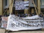 para-mahasiswa-melakukan-aksi-demo-di-kantor-dekanat-fakultas-hukum-unnes-selasa-23112020.jpg