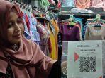 para-pedagang-pasar-batang-saat-menunjukkan-barcode-pembayaran-qris-jumat-3042021.jpg