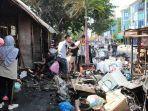 para-pemilik-kios-dibantu-keluarganya-membersihkan-kios-mereka-yang-ludes-terbakar.jpg
