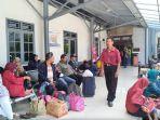 para-pemudik-tengah-menunggu-jadwal-keberangkatan-kereta-api-distasiun-poncol-semarang_20180618_131507.jpg