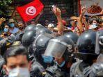 para-pengunjuk-rasa-menghadapi-petugas-polisi-tunisia-selama-demonstrasi-di-tunis-tunisia.jpg