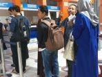 para-penumpang-antre-melakukan-pengembalian-uang-atau-refund-di-loket-stasiun-poncol-semarang.jpg