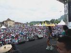 para-peserta-jalan-sehat-hut-ke-496-kabupaten-semarang-berjoget_20170319_103308.jpg