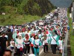 para-peserta-jalan-sehat-hut-ke-496-kabupaten-semarang-di-jalan_20170319_135726.jpg