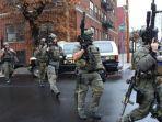 para-polisi-bersenjata-lengkap-ditey-city-new-jersey-as-dalam-baku-tem.jpg