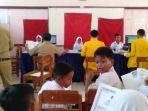 para-siswa-mengantre-untuk-melakukan-perekaman-data-bagi-kia-di-salah-satu-sd-di-kabupaten-tegal.jpg