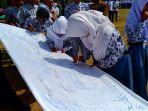 para-siswa-sma-smk-ma-dan-smp-tengah-menandatangani-deklarasi-budaya-damai-di-sekolah_20180516_133327.jpg