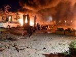 para-sukarelawan-mengangkut-korban-ledakan-hotel-dengan-tandu-di-quetta.jpg