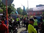 parade-sewu-kupat-ribuan-warga-padati-komplek-makam-sunan-muria_20160713_093008.jpg