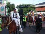 pawai-ramadan-ada-tokoh-walisongo-naik-kuda-di-car-free-day-di-simpanglima_20160529_080042.jpg