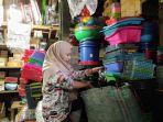 pedagang-arang-dan-tusuk-sate-di-pasar-kota-kendal-sedang-mengemas.jpg