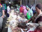 pedagang-ayam-tengah-memotong-daging-ayam-untuk-ditimbang.jpg