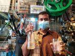 pedagang-barang-antik-rofiq-achmad-menunjukan-botol-minuman-hygeia.jpg