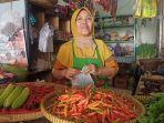 pedagang-cabai-di-pasar-batang-janah-sedang-melayani-pembeli.jpg
