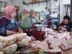 pedagang-daging-ayam-broiler-di-pasar-pagi-kota-tegal-sabtu-472020.jpg