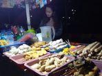 pedagang-kaki-lima-pkl-nia-rahma-14-tengah-menjual-jajanan-di-balai-jagong-kudus.jpg