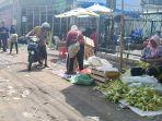 pedagang-ketupat-tengah-menjajakan-dagangannya-di-pasar-karangayu-semarang_20180620_211550.jpg