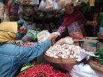 pedagang-pasar-jungke-pariyem-saat-melayani-pembeli-sabtu-2732021.jpg