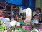 pedagang-sayur-sayuran-sedang-melayani-pembeli-di-pasar-pagi-kota-tegal-senin-822021.jpg