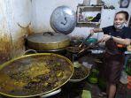 pegawai-di-warung-bu-lan-saat-memasak-kraca-makanan-dari-keong-khas-banyu.jpg
