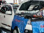 pegawai-sedang-mengecek-kondisi-kendaraan-customer.jpg