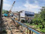 pekerja-melaksanakan-proyek-pembangunan-jembatan-besi-sampangan.jpg
