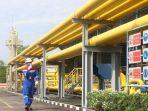 pekerja-melintasi-jaringan-gas-milik-pgn.jpg