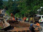 pekerja-membangun-konstruksi-untuk-pelebaran-akses-jalan-provinsikabupaten.jpg