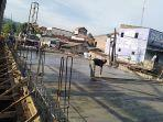 pekerja-mengecor-jembatan-besi-sampangan-rabu-23.jpg